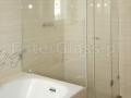 Kabina prysznicowa. Montaż jednej ścianki na wannie.