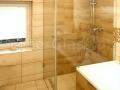 Kabina prysznicowa przy wannie.