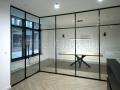 Ścianka szklana ze szprosami w stylu loftowym.