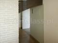 Zabudowa szklana oddzielająca biuro od klatki schodowej.