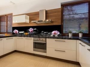 Panel w kuchni - grafika na szkle.